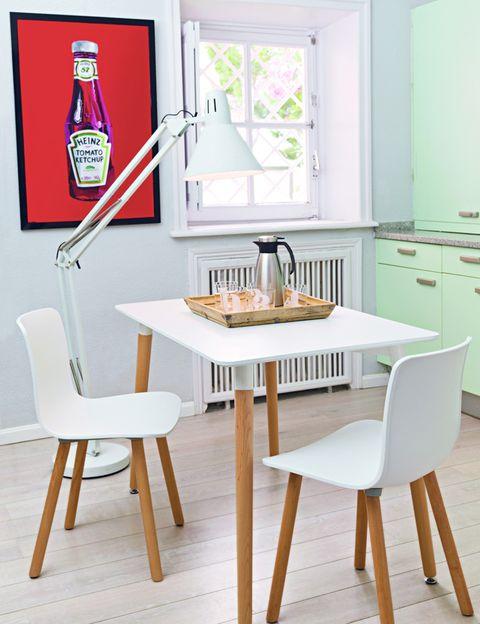 <p> Un desayuno rápido, la merienda de los peques, un picoteo… Crea un pequeño comedor en la cocina con una mesa de madera con tablero blanco a juego con las sillas. Una luz de pie articulada será perfecta para iluminar el aperitivo. Contrasta con un poco de color el habitual blanco de estos espacios, ¿por qué no con un cuadro de inspiración pop? Todo de El Corte Inglés.<br />&nbsp;</p>