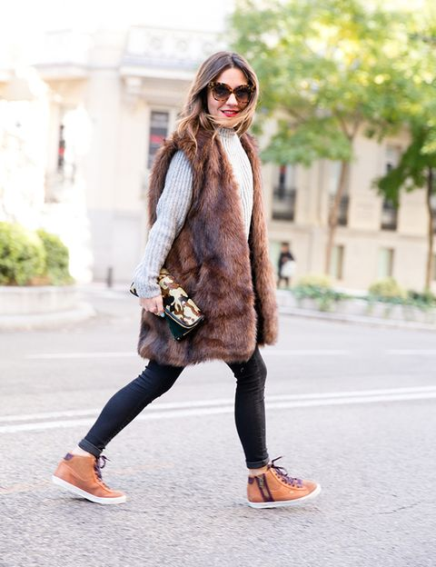 <p>La bloguera de MyPeepToes da todo el protagonismo al chaleco largo de pelo, que combina con un jersey gris de punto y pitillos oscuros. Los accesorios divertidos en marrón, como las gafas de leopardo, la cartera de camuflaje o las 'sneakers' bicolor aportan un plus.</p>
