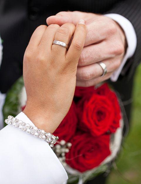 <p>La tradición de asignar un significado a cada aniversario de boda comienza en la Edad Media, cuando se regalaba cada año a los casados un obsequio de un determinado material, de los más blandos a los más sólidos. Así, se quería simbolizar cómo el amor de la pareja se iba fortaleciendo con el paso del tiempo</p>