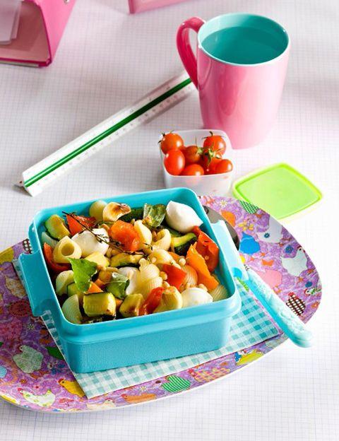 """<p>&nbsp;</p><p>Como dice la nutricionista, para que nuestros """"tuppers"""" sean nutritivos y saludables siempre <strong>tienen que incluir un aporte de hidratos de carbono</strong> en forma de arroz, pasta (preferiblemente integral), legumbres, quínoa, cous cous, patata o pan; un aporte de <strong>vitaminas y minerales en forma de verduras o algas</strong>; un imprescindible aporte de proteínas en forma de pescado, pollo, queso fresco, huevos cualquier tipo de carne o ave; y, por supuesto, <strong>grasas saludables (no sólo podemos emplear aceite de oliva</strong> sino también aguacate, aceitunas, frutos secos, semillas u otros). <strong>Psst. """"Las algas son un alimento algo desconocido en nuestra dieta pero con una gran riqueza</strong> en vitaminas, minerales, grasa esencial omega 3 y proteínas, que pueden añadir a tus tuppers un extra de valor nutritivo totalmente saludable"""", dice la experta. <strong>Frutos secos.</strong> """"Es importante también el empleo con moderación de frutos secos (preferiblemente crudos) y semillas como el sésamo en nuestros tuppers. Igual que las algas, <strong>en pequeñas cantidades tienen altas concentraciones de nutrientes</strong> muy beneficiosos para nuestra salud. Pero a pesar de tener un &nbsp;elevado valor calórico, si tomamos una cantidad adecuada (25-35 g) no tienen por qué suponernos un aumento de peso"""".</p><p>&nbsp;</p>"""