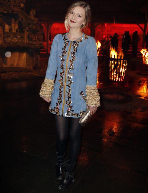 <p><strong>Sophie Kennedy-Clark</strong> fue otra de nuestras favoritas con su vestido denim con bordados barrocos gold y volantes en las mangas que combinó con botines negros y clutch también dorado.</p>
