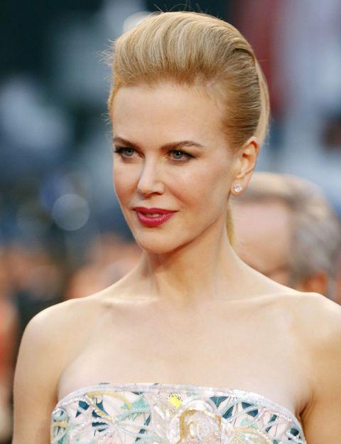 <p>Desafía a la gravedad con uno de los peinados estrella de este verano: el tupé. <strong>Nicole Kidman </strong>carda la parte frontal de su melena y la recoge hacia atrás en una versión sofisticada del tupé más clásico.</p>