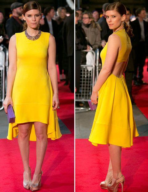 <p>Otro de nuestros favoritos de la semana es este vestido minimal de<strong> Christian Dior primavera 2013</strong> en amarillo con falda asimétrica tipo capa y abertura en la espada que la actriz <strong>Kate Mara</strong> lució en la premiere londinense de <i>'House of Cards'</i>. <strong>Un 10 también...</strong> para sus complementos: su collar joya de<strong> Plukka,</strong> el <i>clutch </i>rígido morado de <strong>Nancy Gonzalez </strong>y sus peep toes en tono champán con plataforma de <strong>Giuseppe Zanotti.</strong></p>