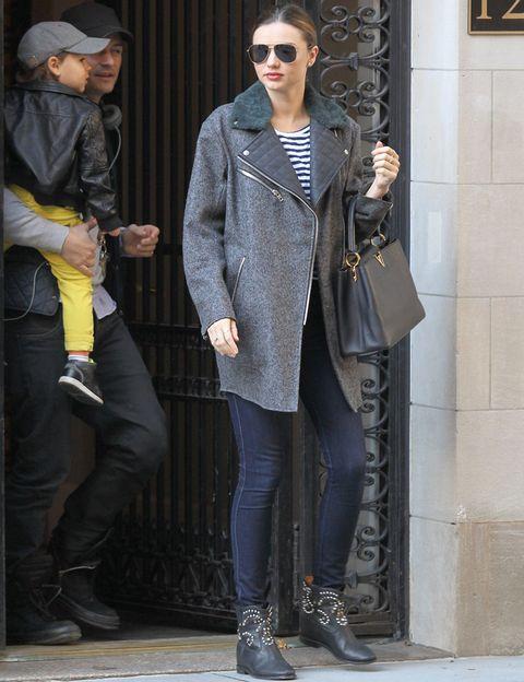 <p><strong>Miranda Kerr</strong> confía en básicos atemporales como unos jeans pitillo, camiseta marinera y botines con tachuelas y ponte el toque trendy con su abrigo con detalles de piel y pelo.</p>