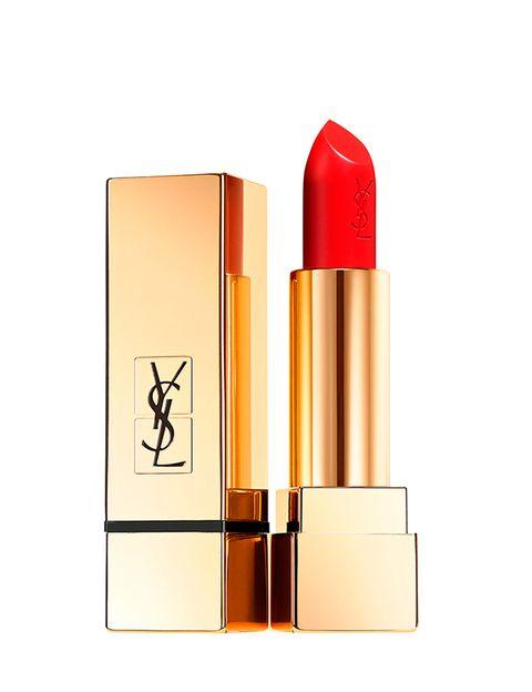 <p>Que levante la mano quien no haya sucumbido a una dosis generosa de carmín, y es que el rojo es uno de los tonos más deseados tanto por hombres como por mujeres,&nbsp;algo que sucede con este<i>&nbsp;</i><i>Rouge pur Couture Satin Radiance</i>&nbsp;de<strong>&nbsp;Yves Saint Laurent</strong>, 30 € aprox. El problema aparece cuando tratamos de acompañarlo de un excesivo maquillaje en los ojos, al realizarnos por ejemplo, un ahumado recargado. &nbsp;</p>
