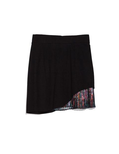 <p>Falda negra con plisado de colores, <strong>de Zara, 29,95 €.</strong></p>