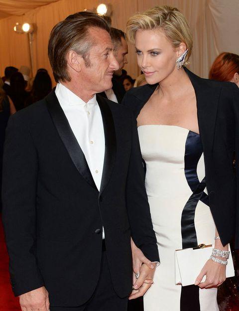 <p>Y llegó la pareja sorpresa de esta temporada, la formada por <strong>Sean Penn y Charlize Theron</strong>. De la mano y con unas caras de felicidad, difíciles de disimular.</p>