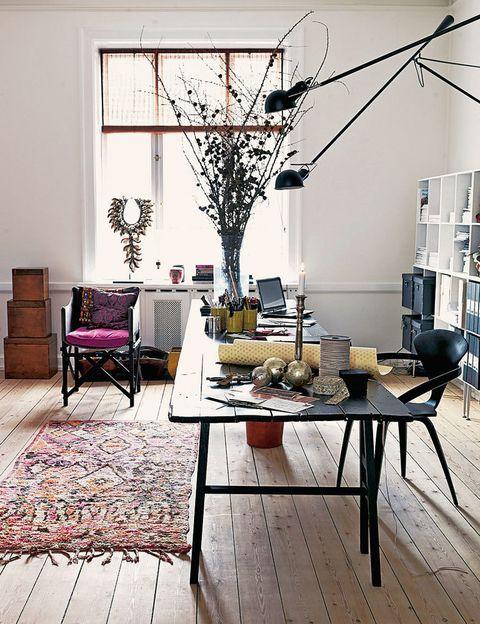 <p>El despacho de la diseñadora danesa Marianne Brandi es un delicioso cóctel de objetos de diversa procedencia: la mesa es una creación propia, la lámpara es el mod. 265 Wall Lamp, de Flos, y la alfombra es bereber.</p><p><strong>A gran escala.</strong> Un espacio sin fronteras, con paredes cuasiinfinitas y suelo de madera natural es un lujo. Trabajar en él, también.</p><p><strong>Hágase la luz.</strong> Sin duda, es la consigna que impera en la habitación. La maxiventana, con un delicado estor de bambú, ayuda a ello.</p><p><strong>Código negro.</strong> Poderoso y elegante, este color otorga carácter a las piezas básicas y contrasta con la tibia claridad que las rodea. ¿Te atreves?</p>