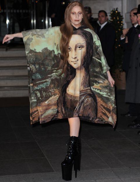 <p><strong>Lady Gaga</strong> recurre a la Mona Lisa como estampado para este vestido oversize que luce con unas exageradas plataformas XXL. No intentéis imitarla.&nbsp&#x3B;</p>