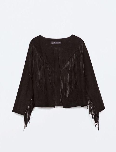 <p>Una perfecto, una chaqueta de ante con detalle de flecos... En definitiva, un básico negro irá a la perfección con el tono de Laetitia.</p><p>Ésta es de Zara (99,95 €).</p>