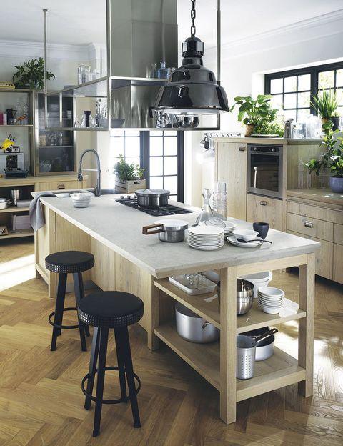 <p>Un aire vintage se respira en Diesel Social Kitchen, proyecto conjunto de las italianas Diesel y Scavolini. Detalles de inspiración industrial, frentes de roble nudoso, encimera de Okite...</p>