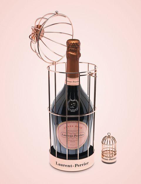 <p>Disfruta del Cuvée Rosé de Laurent-Perrier allí donde estés gracias a su novedoso estuche para llevar: una jaula con el tapón a juego (90 €).</p>