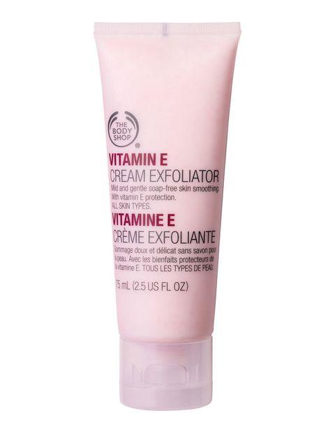 <p>Si tu piel es normal, utiliza un exfoliante 'oil free' al menos tres veces a la semana. Apuesta por uno que no sea demasiado fuerte para poder utilizarlo un día de cada dos. 'Exfoliante facial cremoso de Vitamina E' (13 €), de <strong>The Body Shop</strong>.</p>