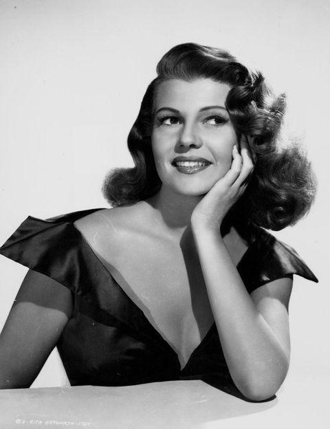 <p> A era de ouro do cinema americano não teria sido a mesma sem <strong> Rita Hayworth </strong>. Suas origens espanholas explicam o motivo de seu nome original, bem como de seu primeiro sobrenome. & Nbsp; </p> <p> Seu primeiro marido, Edward Hudson, propôs a mudança de nome. Também a fez perder peso, tingir o cabelo de ruivo e regredir a linha do cabelo com eletrólise. </p>