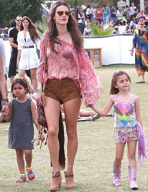 <p><strong>Alessandra Ambrosio</strong> tuvo un día en familia en el festival y apostó por un look con shorts camel, blusa estampada, botines y unas divertidas gafas de sol en forma de corazón.</p>