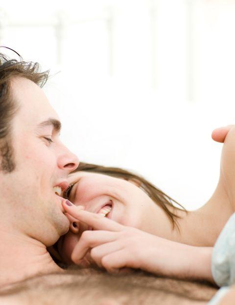 <p><strong>Para llegar a un balance hormonal que os beneficie a los dos, </strong>tendrás que adoptar algunas medidas prácticas y realistas. Por ejemplo, si soléis practicar sexo dos veces en semana, que una sea por la mañana y otra por la noche. Esto os asegurará que ambos estéis encantados cuando llegue vuestro momento. Pero <strong>la idea es conseguir disfrutar de todos los encuentros</strong> sexuales.</p><p>&nbsp;</p>