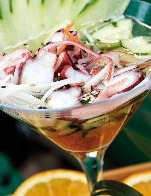 """<p>La cocina peruana es la definición perfecta del sustantivo fusión, y su recetario, uno de los más perseguidos por los chefs más reputados del mundo. El ceviche (foto) es el mejor embajador de esta gastronomía y una buena forma de descubrirlo es con una clase magistral que organiza The Gourmet Company (38 euros).Durante una hora conocerás cómo se prepara este plato de pescado y también el famoso pisco sour; además realizarás una cata de diferentes tipos de este cóctel y te regalan un delantal. Pregunta por los tours culinarios para explorar mercados y degustar los platos nacionales.</p><p><strong>• Lugar: <a href=""""http://es.limagourmetcompany.com"""" target=""""_blank"""">The Gourmet Company</a> (Avda. del Mar, 456. Miraflores).</strong></p>"""