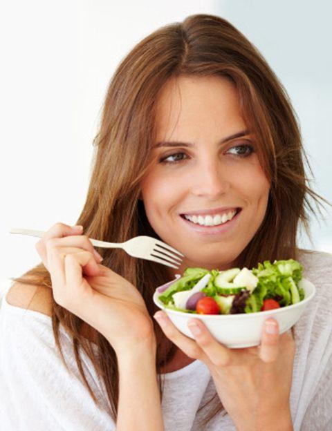 """<p>Sí, <strong>Gwyneth Paltrow, Demi Moore, Natalie Portman, Elle Mac Pherson o Alicia Silverston son vegetarianas</strong>, pero sus estupendas figuras no se deben sólo a eso. Para hacerte vegetariana necesitas dos cosas: una buena razón (querer mejorar tu salud, respetar a los animales, seguir un estilo de vida más natural…) y mucha información nutricional. <strong>El error.</strong> Querer hacerte vegetariana para adelgazar; se puede ser vegetariana y tener sobrepeso, por ejemplo, si te alimentas de pasta. La mejor idea. Si has decidido hacerte vegetariana, nuestra recomendación es <strong>que visites a un nutricionista o un experto en alimentación vegetariana </strong>para aprender cómo debes comer para no sufrir carencias, como la doctora Virginia Ruipérez, de <a href=""""http://www.shantivir.org/"""" target=""""_blank"""">Shantivir</a>, experta en nutrición y medicina naturista.</p>"""