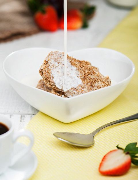 """<p><strong>""""Empieza por desayunar cada día, así evitarás que tu cuerpo entre en 'modo espera'</strong> y comience a acumular las calorías que entren en el cuerpo al detectar que está en situación de escasez"""", dicen. Sí. A los cereales integrales o enriquecidos en fibra, como el muesli o la avena, para <strong>regular el tránsito intestinal, que a menudo se ve afectado en esta época del año</strong>. Incluye un lácteo desnatado o bebida vegetal (de soja, almendras, avena…) y al menos una pieza de fruta, pues contiene un alto efecto saciante (procura tomarla con piel para aprovechar los efectos beneficiosos de la fibra). Apuesta por los <strong>alimentos ricos en vitamina A y carotenoides</strong> (fundamental para garantizar el buen estado de la piel y las mucosas), como la sandía y el tomate, y también por el <strong>pimiento y la zanahoria, que además protegen nuestro organismo</strong> de los efectos nocivos del sol y potencian el bronceado.</p><p></p>"""