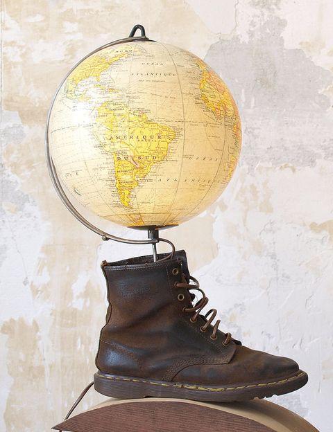<p>Hecha con una bota suya con la que ha viajado mucho y un globo terráqueo de los años 50.</p>