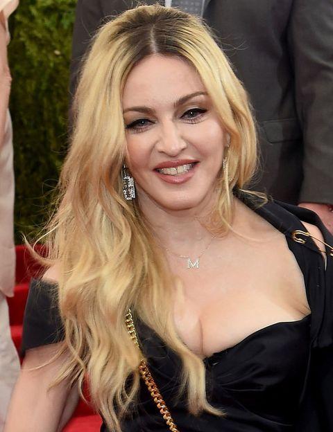 <p> É melhor lembrar um nome curto e diferente do que um composto com sobrenomes complexos. Ela decidiu saltar para o estrelato como <strong> Madonna </strong>, seu primeiro nome e de sua mãe ao mesmo tempo. & Nbsp; </p>
