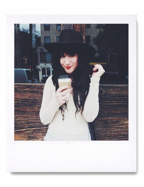 """<p><a href=""""/edicion/gallery/621534/http:/instagram.com/flashesofstyle"""" target=""""_blank"""">Bonnie Barton</a>: si eres una apasionada de lo retro-romántico y el mundo vintage, estás tardando en dar al botón de seguir en el perfil de esta bloguera (amiga de la anterior, por cierto) que te recomendamos fervientemente. Bonnie Barton es la que se encuentra detrás de esta cuenta con más de 80.000 seguidores que lleva el mismo nombre que su blog (http://flashesofstyle.blogspot.com.es/). En ella muestra su día a día al más puro estilo neoyorquino moderno: sus últimas compras en las boutiques vintage más punteras, sus botas favoritas, su gato, los días de lluvia en los que Nueva York brilla a través de fotografías con una carga poética maravillosa, sus románticos looks... Pura inspiración retro en Instagram.</p>"""