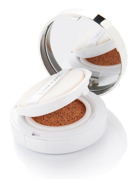 <p>La base 'Miracle Cushion' (38 €), de <strong>Lancôme</strong>, se inspira en la cosmética coreana y consiste en un fondo de maquillaje impregnado en una esponja. Gracias a ello, unifica el rostro con un acabado ligero.</p>
