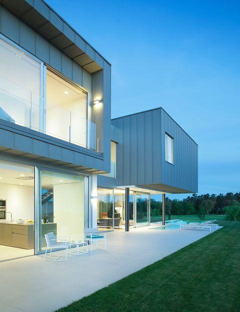 <p>La vivienda cuenta con sistema completamente automáticos para: el aire acondicionado, la calefacción central de suelo radiante, alarma y la iluminación de zonas interiores y exteriores.&nbsp;</p>