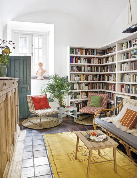 <p>Los libros de esta mini biblioteca de obra son uno de los objetos imprescindibles de su casa. Las butacas son de <strong>Vide-Greniers;</strong> los cojines, de <strong>Casa Josephine, </strong>y la mesita francesa es de un mercadillo. Las alfombras de esparto son de <strong>Lucio J&M.</strong></p>