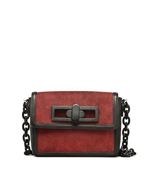 <p>Bolso de cadena en ante burdeos contorneado con piel negra, cadena y cierre vintage.</p>