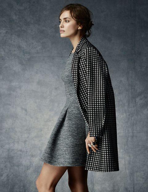 <p>El look lady de Irina cuenta con dos tendencias de temporada, vestido gris y abrigo de pata de gallo.</p>
