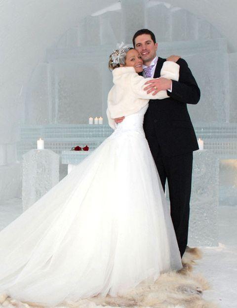 """<p>Para los que no les de miedo pasar frío durante su boda, tienen la posibilidad de casarse rodeados de nieve. ¿Dónde? En el <a href=""""http://www.kakslauttanen.fi/es/"""" target=""""_blank"""">Hotel Kakslauttanen</a>, en Laponia. Disponen de una capilla hecha de hielo y nieve que está decorada con esculturas de hielo. Y ya que estás, también puedes celebrar la luna de miel en su Cabaña Suite Nupcial.</p>"""