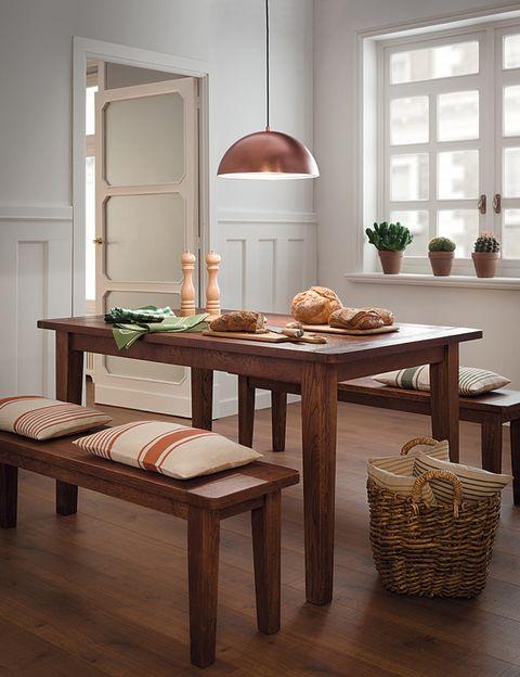 """<p>Un rincón perfecto para una cocina de casa de campo es este espacio, con la <a href=""""http://www.elcorteingles.es/tienda/hogar/browse/productDetail.jsp?productId=A11370774&cm_mmc=elle%20_%20contenedores-_-estrena%20_%202014-10-01%20_%20hogar-_-noticia%20_%20deco-_-geonature"""" target=""""_blank"""">mesa</a> y los <a href=""""http://www.elcorteingles.es/tienda/hogar/browse/productDetail.jsp?productId=A11370772&cm_mmc=elle%20_%20contenedores-_-estrena%20_%202014-10-01%20_%20hogar-_-noticia%20_%20deco-_-geonature"""" target=""""_blank"""">bancos</a> en color tabaco, la <a href=""""http://www.elcorteingles.es/tienda/hogar/browse/productDetail.jsp?productId=A9775442&cm_mmc=elle%20_%20contenedores-_-estrena%20_%202014-10-01%20_%20hogar-_-noticia%20_%20deco-_-geonature"""" target=""""_blank"""">lámpara</a> metalizada en cobre y el leñero trenzado. Los <a href=""""http://www.elcorteingles.es/tienda/hogar/browse/productDetail.jsp?productId=A11159829&cm_mmc=elle%20_%20contenedores-_-estrena%20_%202014-10-01%20_%20hogar-_-noticia%20_%20deco-_-geonature"""" target=""""_blank"""">textiles</a> de la mesa, <a href=""""http://www.elcorteingles.es/tienda/hogar/browse/productDetail.jsp?productId=A12177604&cm_mmc=elle%20_%20contenedores-_-estrena%20_%202014-10-01%20_%20hogar-_-noticia%20_%20deco-_-geonature"""" target=""""_blank"""">paños</a> y <a href=""""http://www.elcorteingles.es/tienda/hogar/browse/productDetail.jsp?productId=A12161339&cm_mmc=elle%20_%20contenedores-_-estrena%20_%202014-10-01%20_%20hogar-_-noticia%20_%20deco-_-geonature"""" target=""""_blank"""">cojines</a> en verde, dulcifican el entorno.</p>"""