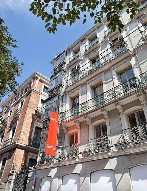 <p>Un edificio con balcones construido en 1875 y que albergó a la sede del Colegio de Arquitectos de Madrid (COAM) durante 60 años. ¡Precioso! ¿Entramos?</p>