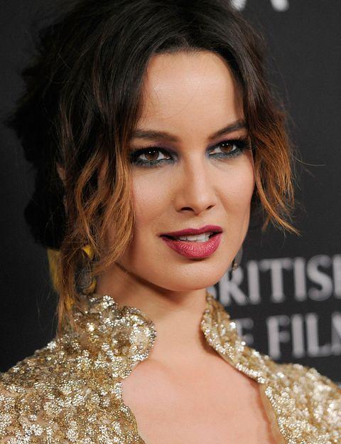 <p>La actriz también se ha dejado tentar por la tendencia de los labios burdeos. Los ojos los maquilla con sombra azul marino tanto en el párpado superior como en el inferior para un acabado dramático.</p>