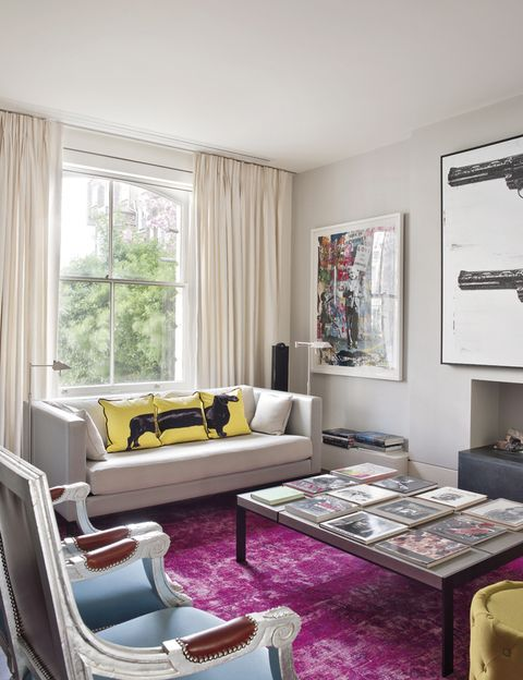 <p>El color domina la sala de estar, con la alfombra fucsia de Bazaar Velvet; sobre ella, mesa de centro y sofá, de Christian Liaigre, con los cojines<i> The Sausage Dog,</i> en amarillo y negro de Jimmie Martin.</p>