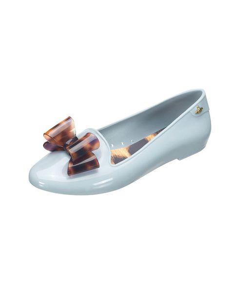 <p>Slippers de PVC con lazo en color azul cielo, de <strong>Melissa, 116€.</strong></p>