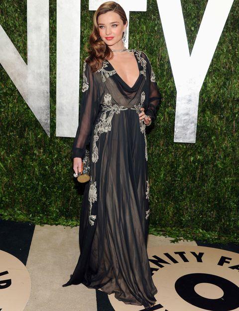 <p>En nuestro top de mejor vestidas también se encuentra <strong>Miranda Kerr</strong> con este vaporoso<strong> Valentino Couture Otoño 2012</strong> de manga larga y gran escote y bordado. <strong>Un 10...</strong> su peinado ladeado con onda y sus labios rojos.</p>