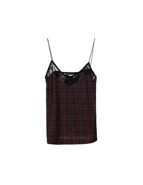 <p>Necesitas tener un top para un look de noche muy socorrido, es <strong>de Zara, 15,95 €.</strong></p>