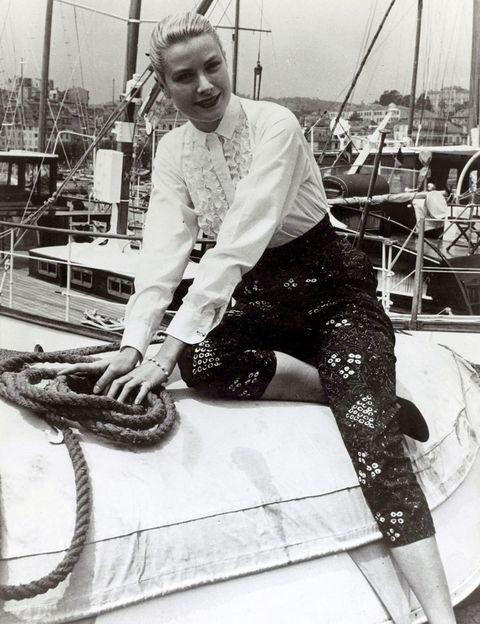 <p>Grace Kelly en 1955 a su llegada al Festival de Cannes, con un estilismo que podría ser actual. Corsarios altos de cintura estampados con camisa blanca.</p>
