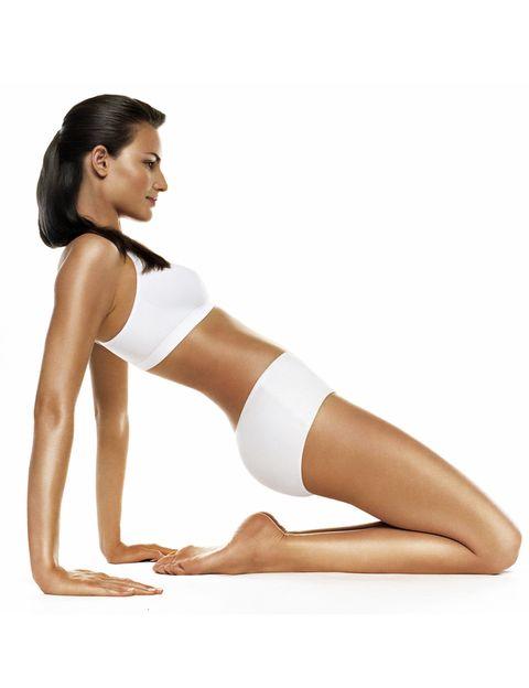 <p>Revisa tu estado físico. Si padeces de alguna enfermedad, eres propensa a los dolores de espalda, tienes sobrepeso o eres mayor de 40 años, conviene visitar al médico de cabecera, para que te asesore sobre los mejores ejercicios para ti.</p>