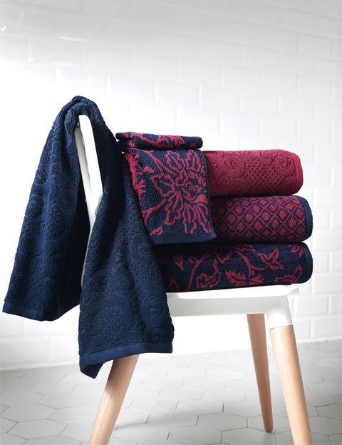 """<p>Nos encanta la combinación granate y azul y el acabado de estas toallas <a href=""""http://www.elcorteingles.es/tienda/hogar/browse/productDetail.jsp?productId=A8859274&amp;cm_mmc=elle%20_%20contenedores-_-acuerdo%20_%202014-02-07%20_%20hogar-_-noticia%20_%20deco-_-decoracion"""" target=""""_blank"""">Justy,</a> <a href=""""http://www.elcorteingles.es/tienda/hogar/browse/productDetail.jsp?productId=A8859280&amp;cm_mmc=elle%20_%20contenedores-_-acuerdo%20_%202014-02-07%20_%20hogar-_-noticia%20_%20deco-_-decoracion"""" target=""""_blank"""">Castle</a> y <a href=""""http://www.elcorteingles.es/tienda/hogar/browse/productDetail.jsp?productId=A8859267&amp;cm_mmc=elle%20_%20contenedores-_-acuerdo%20_%202014-02-07%20_%20hogar-_-noticia%20_%20deco-_-decoracion"""" target=""""_blank"""">Conde,</a> todas de <strong>Privium.</strong> Entre 3 y 28 €</p>"""