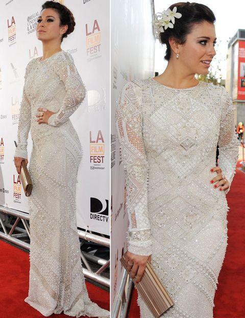 <p><strong>Blanca Suárez,</strong> radiante de blanco en Los Ángeles, donde está presentando 'Los amantes pasajeros', con un vestido joya cerrado, de manga larga, clutch de aire vintage y detalle floral en su recogido.</p>
