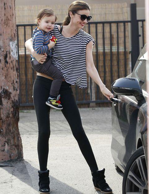 <p>Otra celebrity que también se apunta a las rayas en un look de día es<strong>Miranda Kerr</strong>. ¿Cómo? Con un top oversize, leggings y sneakers.</p>