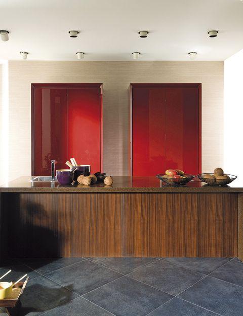<p>En esta cocina de Gamadecor (Porcelanosa), con madera deukola y laca rojo cerezo.</p>