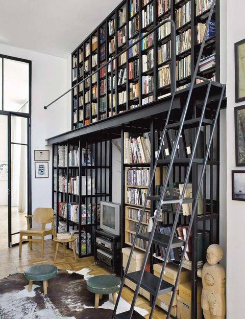"""<p>""""La biblioteca es funcional, confortable y está llena hasta los topes de las cosas más queridas; no hay más que fijarse en los títulos de los libros, revistas y CD's, para darse cuenta fácilmente de cómo somos"""".</p>"""