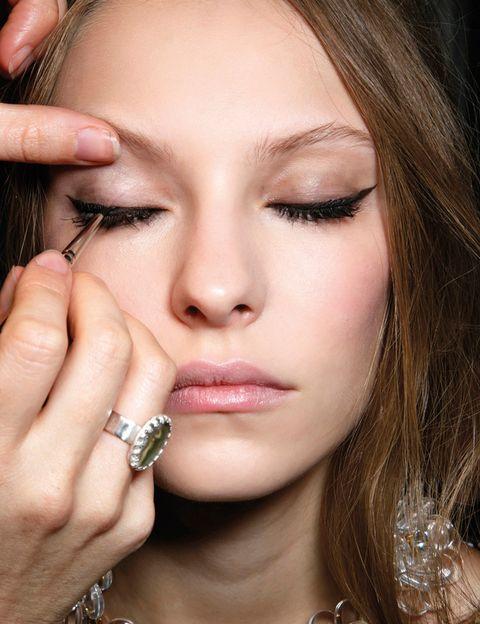 """<p>Lograr una línea perfecta sobre el párpado, que no haya que rehacer ni corregir, ahorra tiempo y consigue que el maquillaje más sencillo y rápido parezca profesional. Pero, ay, no es tan sencillo... Cruz Puente, maquilladora de Benefit, te da algunos consejos para acertar: 'El ojo que más embellece el rostro es el de forma almendrada, y por ello hay que utilizar el delineador para obtener esa forma', afirma. 'Por ejemplo, si el ojo es redondo, puedes trazar con el delineador a lo largo del mismo para """"almendrarlo"""". Incluso podemos poner un poquito de sombra marrón o beige bajo de las pestañas inferiores en el tercio exterior del ojo para intensificar el efecto. Si es caído, aplícalo en el extremo y elévalo hacia el pico de la ceja y si es saltón, haz un trazo grueso para hacerlo más pequeño', afirma.</p><p>Una vez te hayas hecho con la técnica, descubre <a href=""""http://www.elle.es/belleza/cara-cuerpo/delineador-ojos"""" target=""""_blank"""">qué delineado te favorece más</a> e inspírate con estas <a href=""""http://www.elle.es/belleza/belleza-tendencias/eyeliner-tendencias"""" target=""""_blank"""">tendencias 'eyeliner'</a>.</p>"""