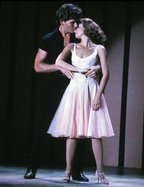 <p>Es una de las escenas más recordadas, el sensual baile final al ritmo de 'The time of my life'. Inolvidables sus movimientos e inolvidable su vestido rosa con vuelo.</p>