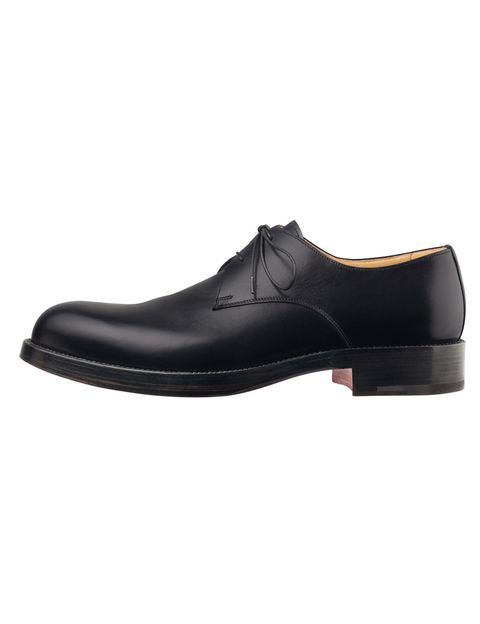 <p>Zapatos de piel negra lisa con cordones de <strong>Hermés</strong>. </p>