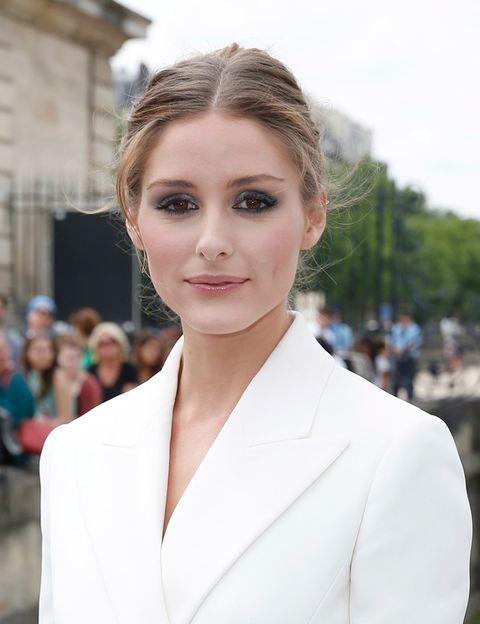 <p>Ideal como siempre, <strong>Olivia Palermo</strong> combinó un <i>look</i> en blanco con un maquillaje de tonos grises y blancos, y una suave línea de contorno de ojos. Le da un aire románico al <i>makeup</i> con el colorete rosa y el <i>gloss</i> de acabado ligero.</p>